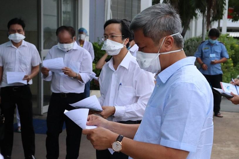 Thứ trưởng Bộ Y tế Nguyễn Trường Sơn (bìa phải) làm việc tại Bệnh viện Bệnh nhiệt đới TP vào ngày 13/6