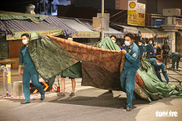 Lực lượng chức năng dỡ lều dã chiến tại chốt kiểm soát cầu Trường Đai, phường 13, quận Gò Vấp