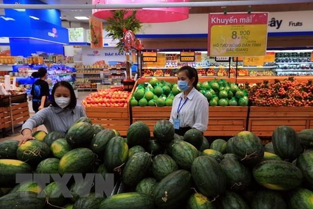 Siêu thị Co.opmart hỗ trợ tiêu thụ dưa hấu cho người dân. (Ảnh: Phan Tuấn Anh/TTXVN)