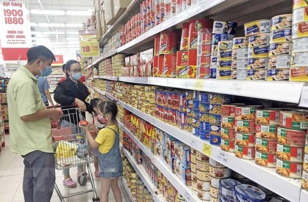 Người dân mua sắm hàng hóa tại siêu thị. (Ảnh: Trần Việt/TTXVN)