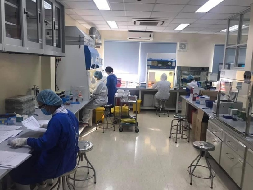 Xét nghiệm PCR Covid-19 trong BV Bệnh Nhiệt đới vẫn sáng đèn 24/7 (Ảnh fanpage BV)
