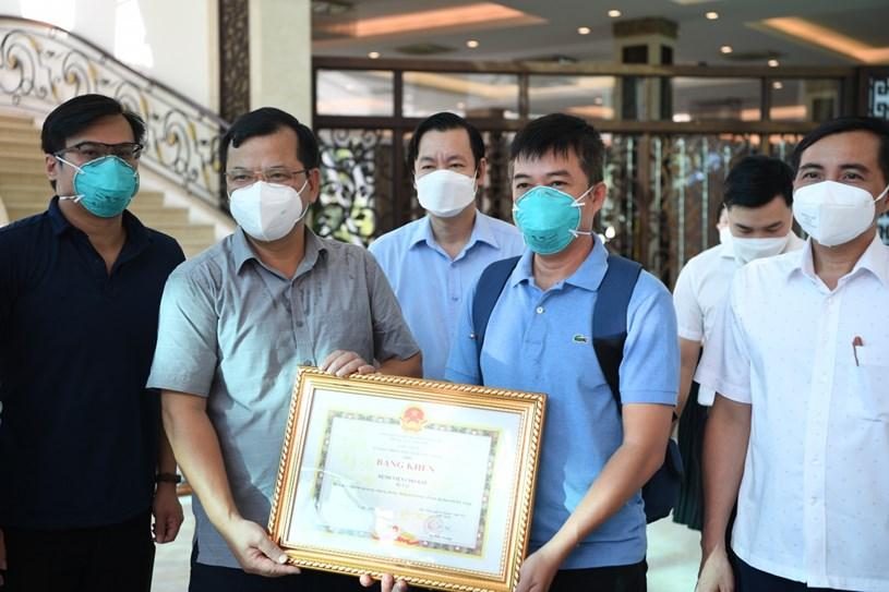 Lãnh đạo tỉnh Bắc Giang tặng Bằng khen cho Đội phản ứng nhanh bệnh viện Chợ Rẫy.