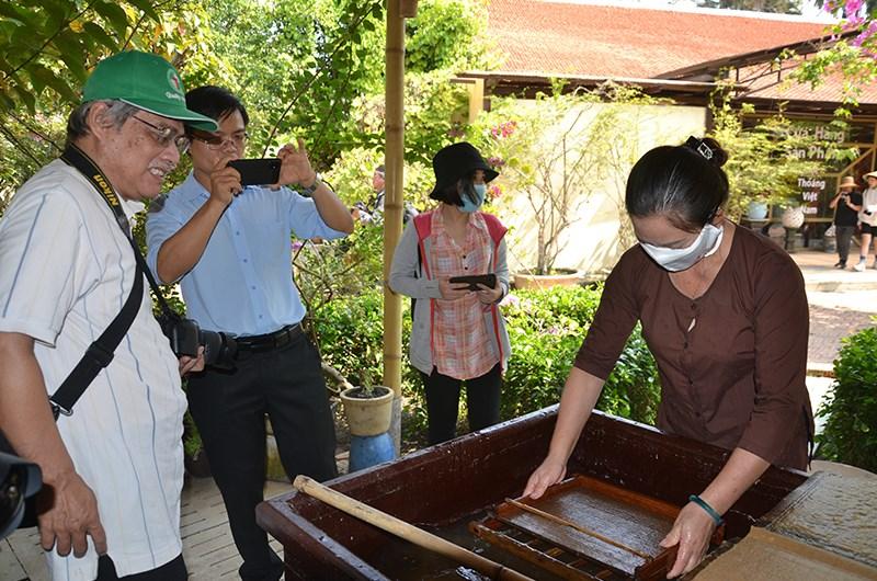 Du khách tham quan tại khu du lịch Một thoáng Việt Nam, huyện Củ Chi, TP Hồ Chí Minh khi đợt dịch Covid-19 chưa bùng phát.
