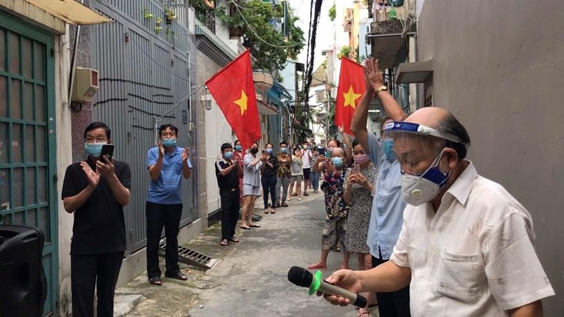 Người dân hẻm 498/1 Nguyễn Văn Công, P.3, Q.Gò Vấp sau khi nhận thông báo gỡ phong tỏa. ẢNH: ĐÀO NGUYÊN