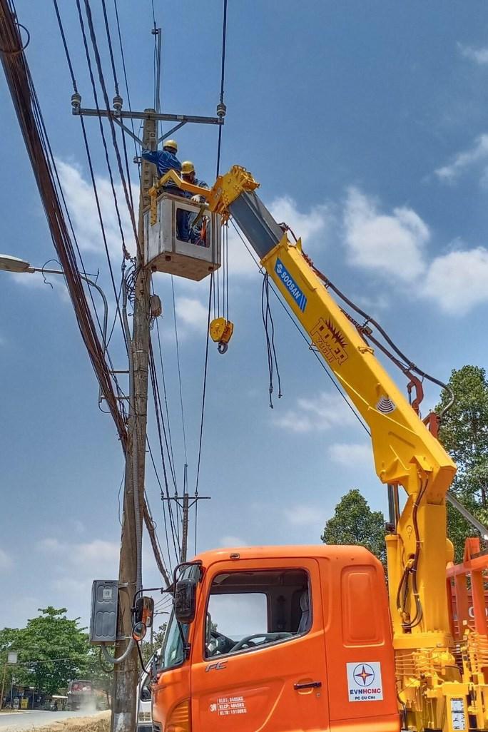 Thi công điện cho khu cách ly tập trung tại huyện Củ Chi năm 2020