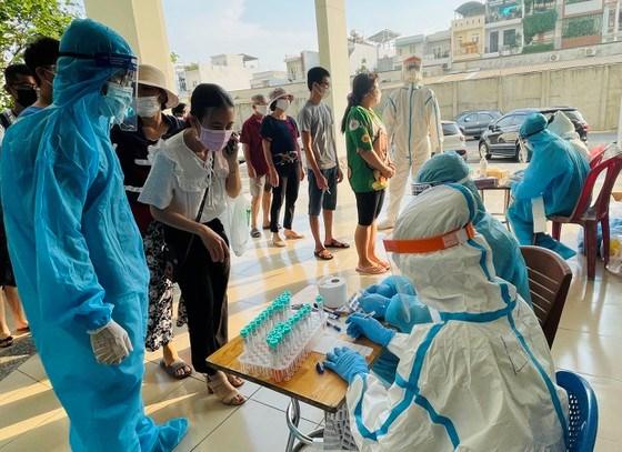 Chiều 19/6, lực lượng y tế quận Bình Tân đã lấy mẫu xét nghiệm tầm soát Covid-19 cho toàn bộ cư dân ở chung cư Lê Thành (phường An Lạc). Ảnh: VĂN MINH