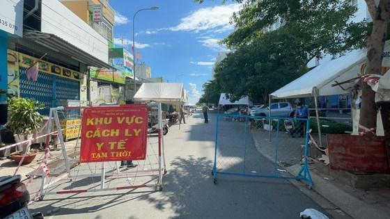 Quận Bình Tân tổ chức chốt chặn tại các tuyến đường, tuyến hẻm ra vào các khu vực phong toả với 37 chốt, tổng lực lượng tham gia là 198 người mỗi ngày. Trong ảnh là chốt kiểm soát tại chung cư Ehome đã bị phong toả trước đó. Ảnh: VĂN MINH