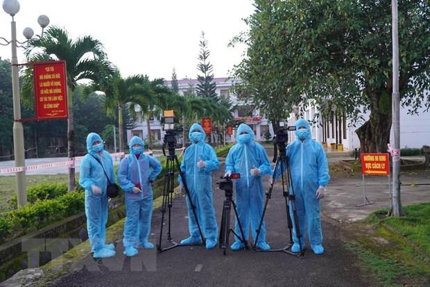 Nhóm phóng viên tác nghiệp tại khu cách ly tập trung của tỉnh Đắk Nông. (Ảnh: Nguyên Dung/TTXVN)