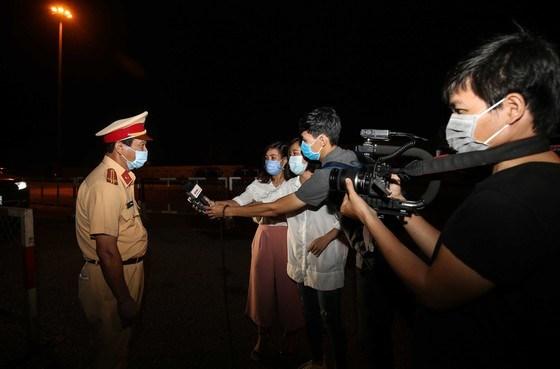 Tác nghiệp trong một buổi chốt chặn tại cửa ngõ TPHCM khi thực hiện giãn cách xã hội theo chỉ thị của Thủ tướng