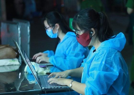 Tác nghiệp khi dỡ bỏ lệnh cách ly tại Bệnh viện Bạch Mai (Hà Nội)sau 14 ngày bị phong tỏa vì dịch Covid-19 (lúc 0 giờ ngày 12-4-2020). Ảnh: QUANG PHÚC