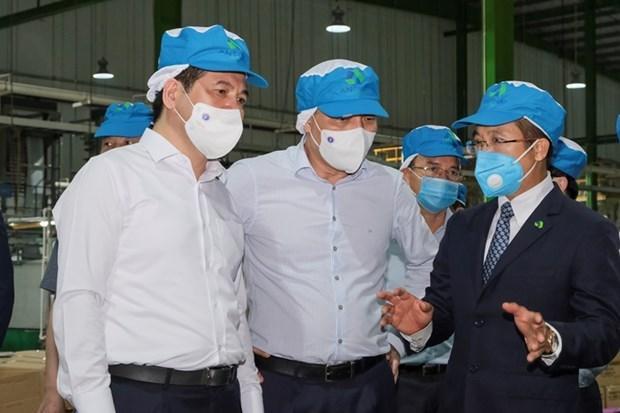Lãnh đạo Bộ Công Thương trao đổi với Đại diện Tập đoàn An Phát Holdings. (Ảnh: PV/Vietnam+)