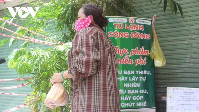 """Mô hình """"Tủ lạnh cộng đồng"""" tại TPHCM được các địa phương tiếp sức thực phẩm, rau củ để trao tặng những người lao động bị ảnh hưởng bởi dịch bệnh."""