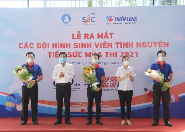 Phó ban Dân vận Thành ủy TPHCM Ngô Văn Luận (thứ 2 từ trái qua) và Bí thư Thành Đoàn TPHCM Phan Thị Thanh Phương trao hoa giao nhiệm vụ cho các thành viên Ban tổ chức chương trình năm nay