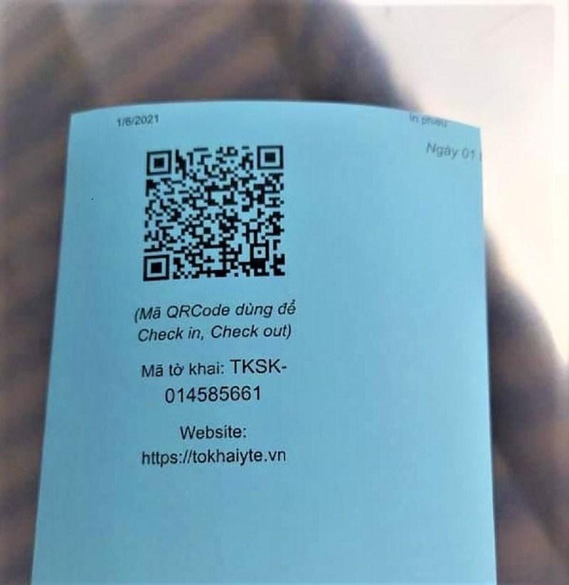 Mặt sau thẻ ra vào chợ có mã QR code để ban quản lý chợ quét khi người dân đến chợ mua săm. Ảnh: B.TÙNG