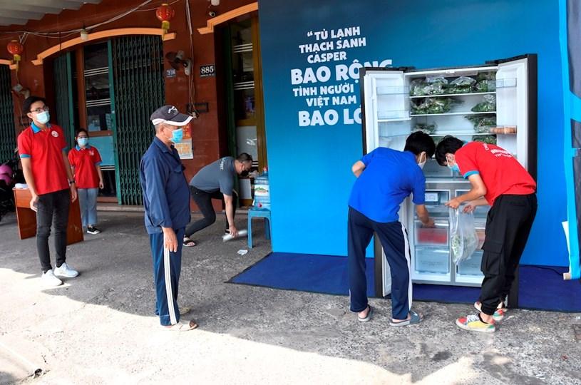 Các tủ lạnh cộng đồng hỗ trợ người dân khó khăn trong mùa dịch. Ảnh: HOA NỮ