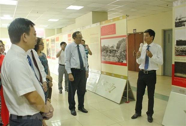 Các đại biểu tham quan triển lãm. (Ảnh: Thu Hương/TTXVN)