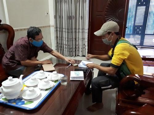 Người dân TP HCM nhận lương hưu tại nhà
