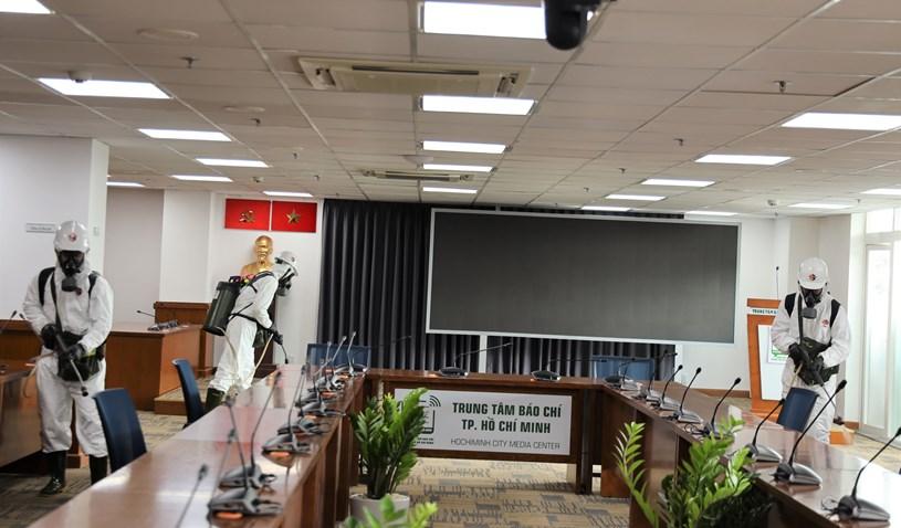 Lữ đoàn Phòng hóa 87 phun khử khuẩn tại Trung tâm Báo chí TP  - Ảnh 3