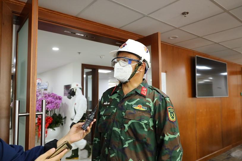 Phó Lữ đoàn trưởng Lữ đoàn Phòng hóa 87 Nguyễn Huy thông tin về nhiệm vụ phun khử khuẩn tại Trung tâm báo chí TP