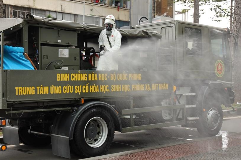 Lữ đoàn Phòng hóa 87 phun khử khuẩn tại Trung tâm Báo chí TP  - Ảnh 2