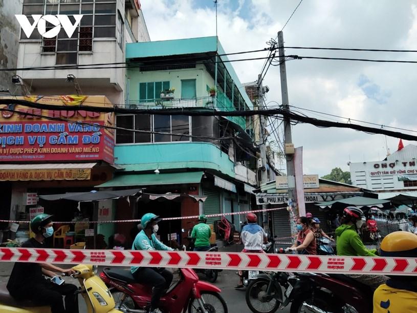 Để tránh việc tập trung đông, tại hầu hết chợ truyền thống đều giăng dây, đảm bảo giãn cách giữa người mua và người bán. Trong ảnh, các cửa hàng trước chợ Thị Nghè được lực lượng chức năng căng dây.