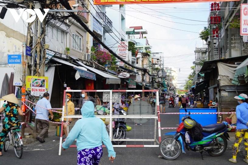 Tại chợ Bà Chiểu (quận Bình Thạnh), các đoạn đường xung quanh chợ như Vũ Tùng, Bùi Hữu Nghĩa... được rào chắn, cấm xe máy chạy vào chợ.
