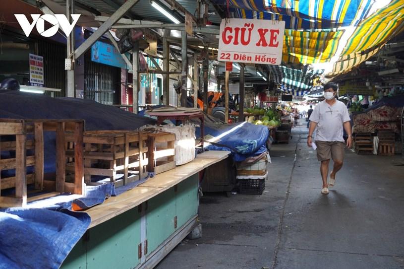 Lượng người đi chợ mua sắm trong sáng 29/6 khá thưa thớt. Bên trong chợ, nhiều quầy sạp đóng cửa, bán luân phiên.