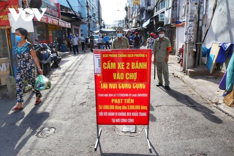 Còn tại chợ Nguyễn Đình Chiểu (quận Phú Nhuận), các chốt kiểm dịch được thiết lập hai lớp. Khắp các tuyến đường ra vào chợ luôn có lực lượng chức năng túc trực, kiểm tra thân nhiệt và nhắc nhở người dân không được chạy xe vào chợ.