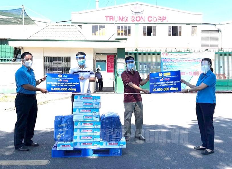 Liên đoàn Lao động Quận 1 đến thăm hỏi, động viên và trao nhu yếu phẩm cho đoàn viên, công nhân Công ty Cổ phần Thực phẩm Trung Sơn (đóng tại KCN Tân Tạo, quận Bình Tân, TPHCM) đang bị cách ly do liên quan đến dịch Covid-19.