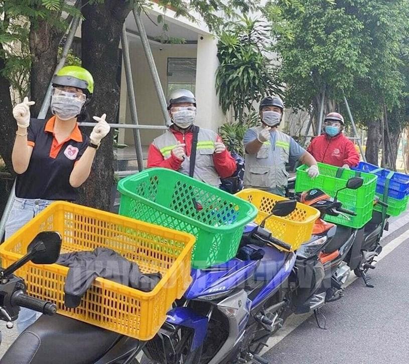 Quận Bình Tân thực hiện những chuyến xe tình nguyện vận chuyển những nhu yếu phẩm đến khi cách ly, phong tỏa để hỗ trợ người dân.