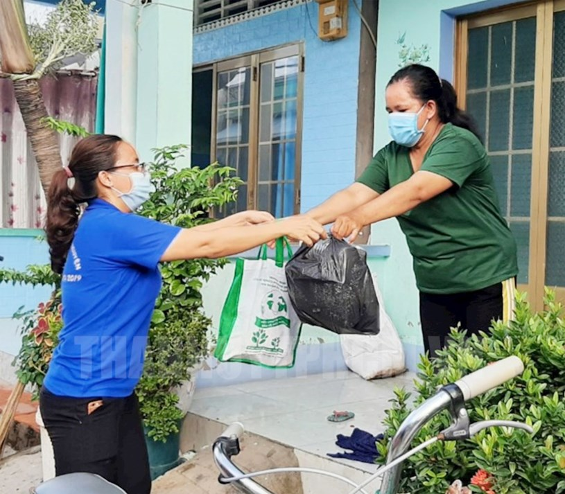 """Người dân xã đảo Thạnh An, huyện Cần Giờ được hỗ trợ rau sạch từ mô hình phiên chợ """"0 đồng"""" cùng nhau vượt qua khó khăn của dịch Covid-19."""
