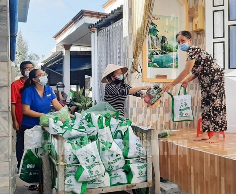 Người dân xã đảo Thạnh An, huyện Cần Giờ cũng tham gia chương trình đổi rác thải nhựa lấy rau củ quả, nhằm góp phần nâng cao hiệu quả công tác bảo vệ môi trường chống rác thải nhựa và giảm ngập nước trên địa bàn TP.