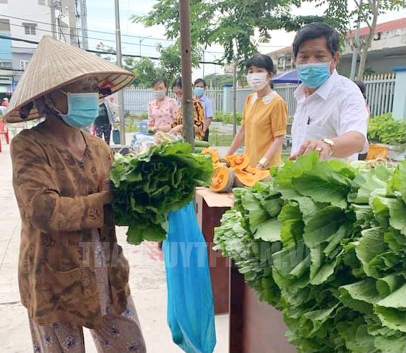 """Người dân có hoàn cảnh khó khăn tại Thị trấn Tân Túc, huyện Bình Chánh được hỗ trợ như yếu phẩm tại chương trình """"Gian hàng nghĩa tình""""."""