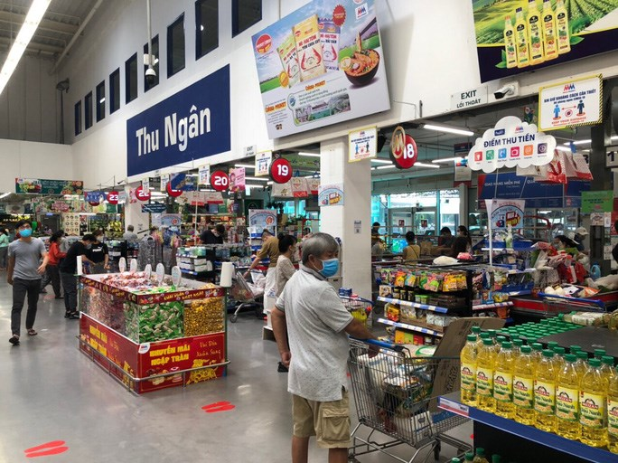 Khách hàng mua sắm tại 1 siêu thị ở TP HCM