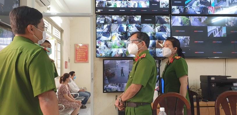 Thiếu tướng Trần Đức Tài kiểm tra thực tế việc triển khai thực hiện Luật Cư trú 2020 tại Công an phường 8, quận Phú Nhuận