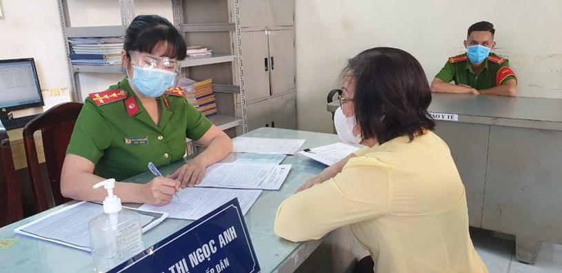 Công an phường 8, quận Phú Nhuận hướng dẫn người dân thực hiện các thủ tục theo Luật Cư trú mới