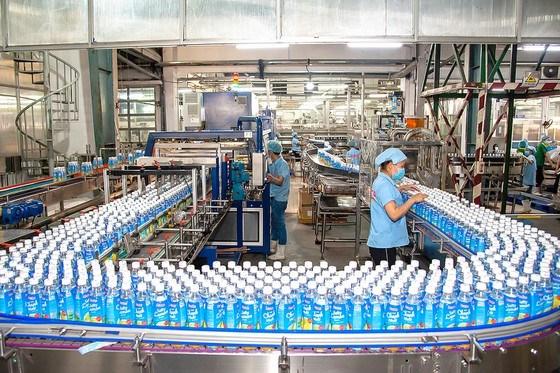 Công nhân sản xuất tại Công ty TNHH SX-TM Tân Quang Minh. Ảnh: ĐÌNH LÝ