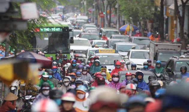 Hệ thống hạ tầng giao thông tại TP. Hồ Chí Minh vừa thiếu lại không đồng bộ khiến tình trạng kẹt xe xảy ra thường xuyên. Ảnh: XUÂN GIANG