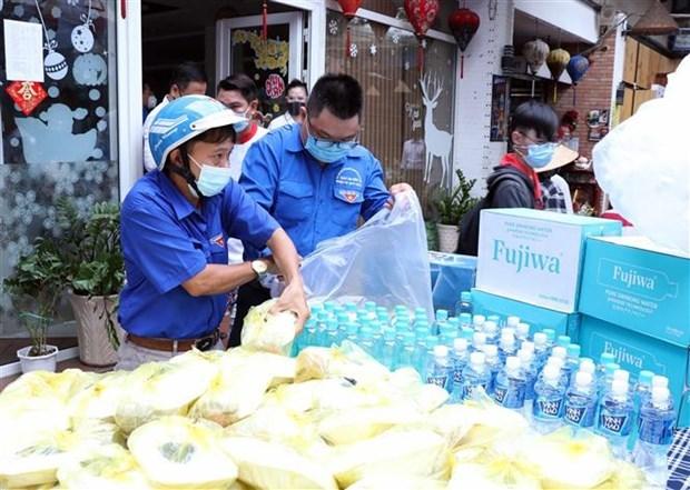 100 suất cơm được giao cho đoàn viên thanh niên chuyển tới các khu cách ly, các điểm chốt trực khu phong tỏa trên địa bàn quận Tân Bình