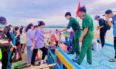 Các thi sinh được đưa vào bờ