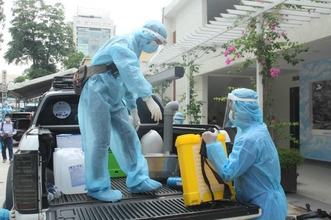 Mỗi xe phun khử di động thế này đều được trang bị các công cụ cần thiết như: máy phun khử khuẩn, trang bị thiết bị bảo hộ phòng dịch đảm bảo 5K, dung dịch khử khuẩn Anloyte đã được pha chế.