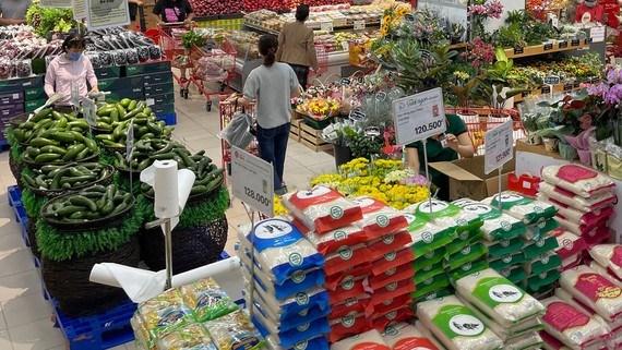 Hàng hóa dồi dào, phong phú tại một siêu thị ở quận 7