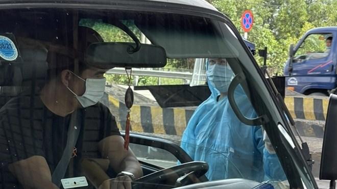 Lực lượng chức năng phòng, chống COVID-19 kiểm tra các phương tiện vận tải