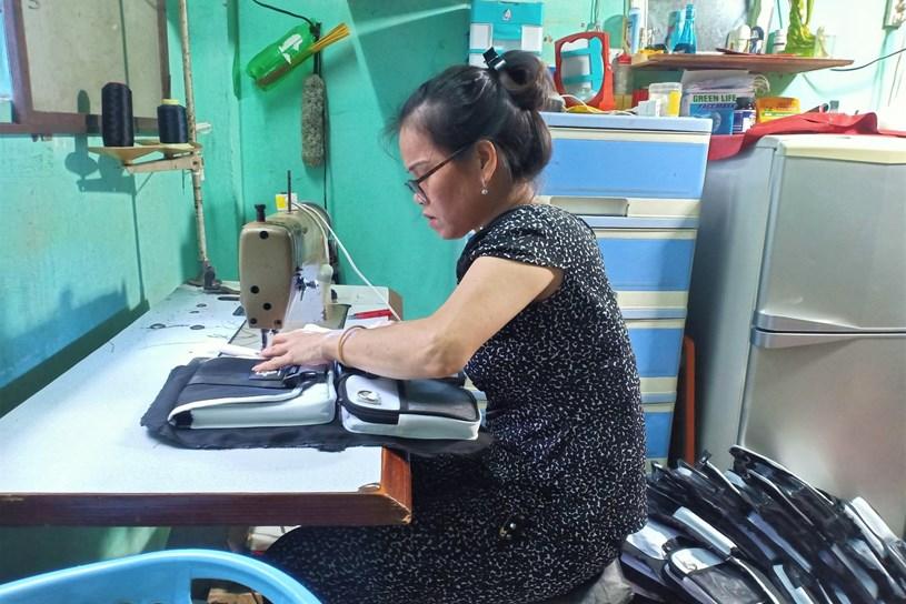Nhiều công nhân bị nghỉ việc không lương phải xoay trở cuộc sống bằng nghề may gia công tại nhà/ ẢNH: PTN