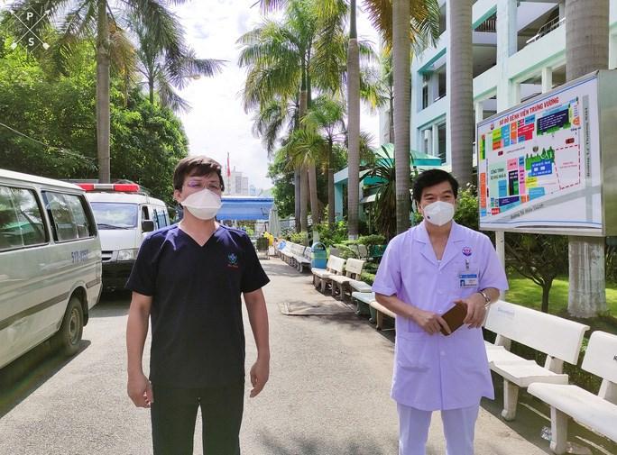 Các bác sĩ trả lời phỏng vấn ở sân bệnh viện để giữ khoảng cách và không gian an toàn
