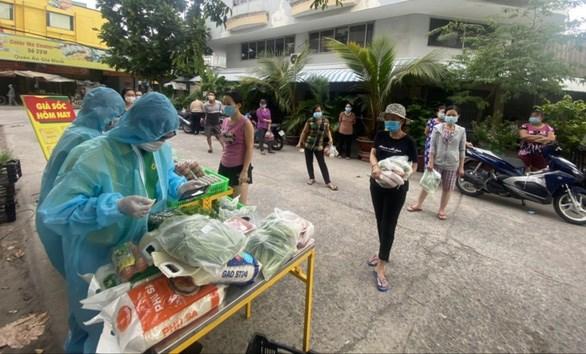 Điểm bán hàng lưu động trong khu phong tỏa tại phường An Lạc, quận Bình Tân của Bách Hóa Xanh đã hỗ trợ giải quyết kịp thời nhu cầu thiết yếu cho nhiều người dân - Ảnh: B.H.X