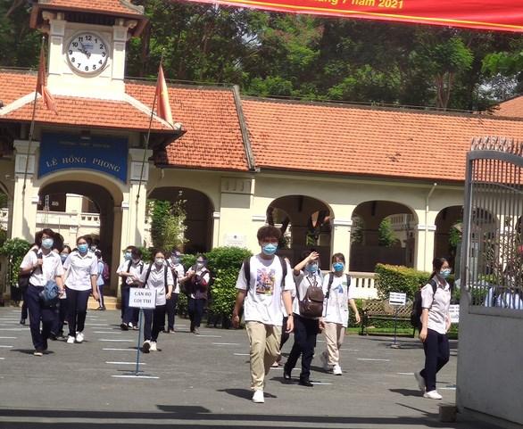 Thí sinh tham dự kỳ thi THPT quốc gia hôm 8-7 tại điểm thi THPT chuyên Lê Hồng Phong (Q.5, TP.HCM) - Ảnh: MỸ DUNG