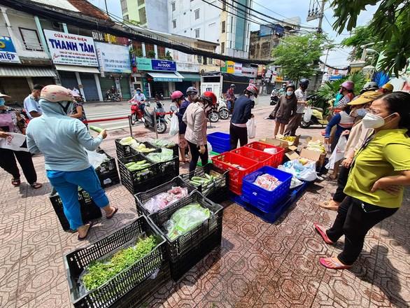 Một siêu thị mini được bày ra trên vỉa hè đường Lê Quang Định (quận BìnhThạnh) vào sáng 13-7 - Ảnh: NGỌC HIỂN