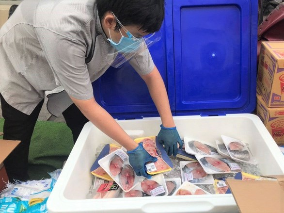 Mặt hàng cá biển được siêu thị đóng vỉ chở đến các điểm bán lưu động trong sáng 13-7 - Ảnh: N.BÌNH
