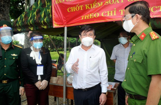 """Chủ tịch UBND TPHCM Nguyễn Thành Phong động viên các chiến sĩ, y bác sĩ tại điểm chốt chặn kiểm soát dịch tại """"Chốt Ngã Ba Giồng"""""""